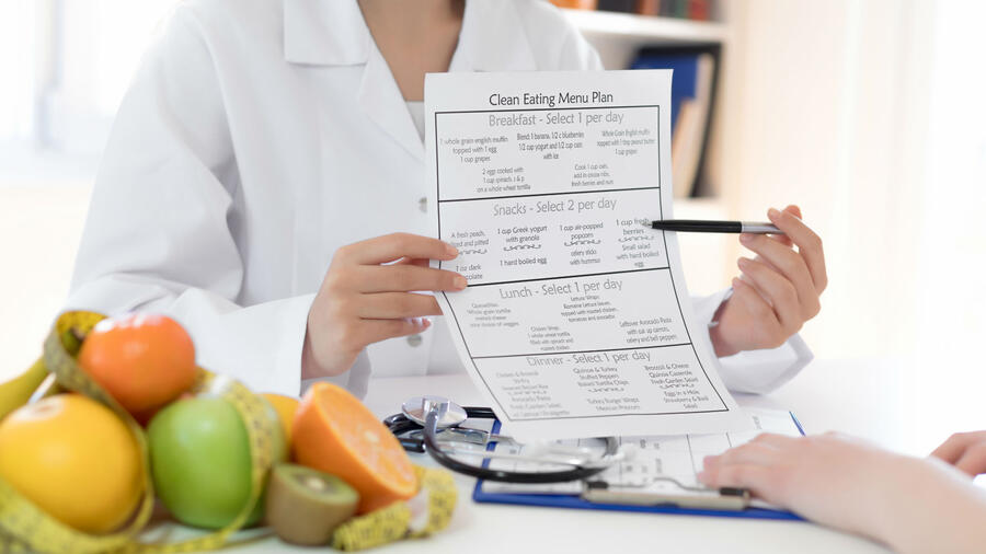 Nutrióloga mostrando plan de alimentación