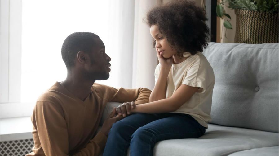 Papá hablando con su hija