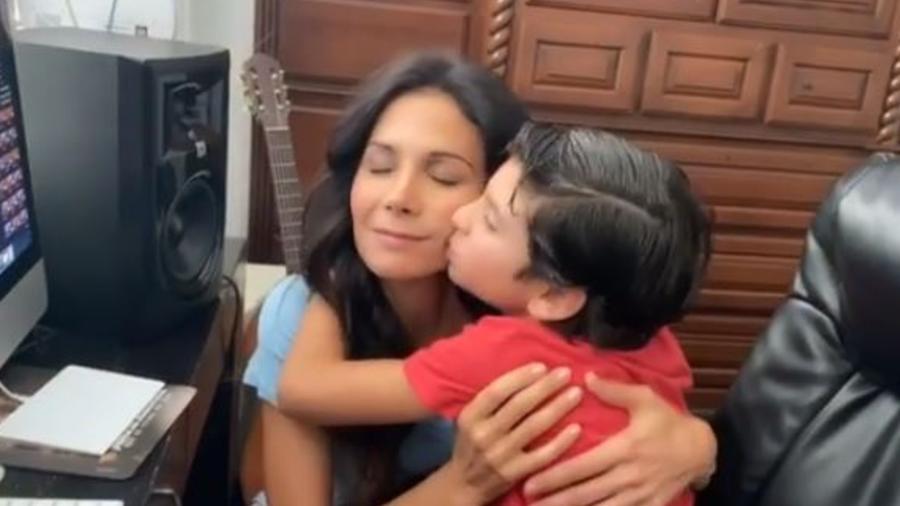 Patricia Manterola con su hijo Lucca abrazándose