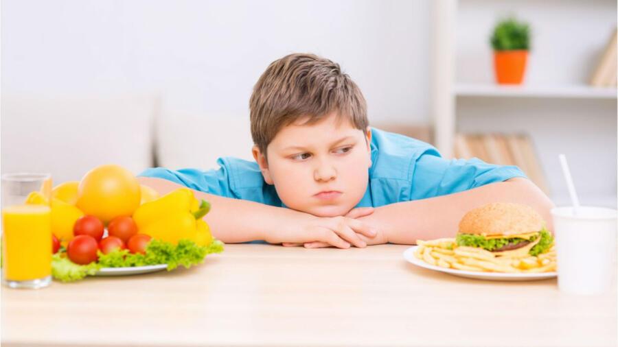 Niño comiento