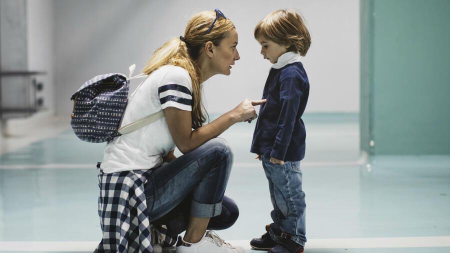 Mamá regañando a su hijo