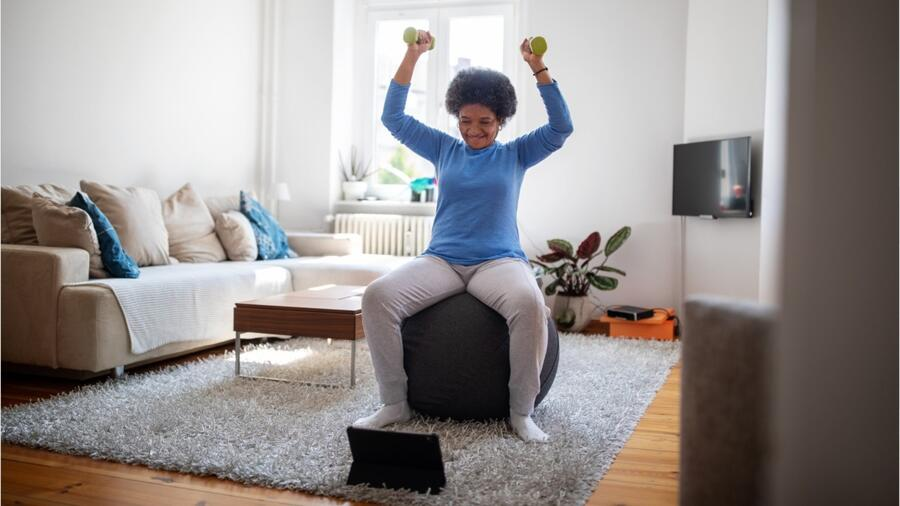Mujer ejercitándose en su sala