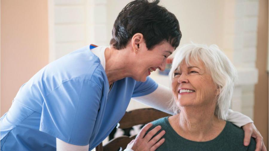 Mujer ayudando a una anciana