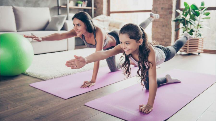 Madre e hija haciendo ejercicio