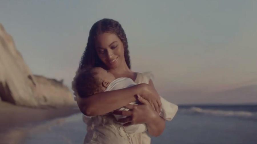 Beyoncé cargando un bebé