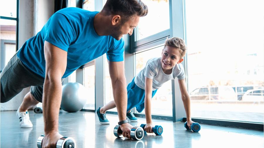 Papá haciendo ejercicio con su hijo