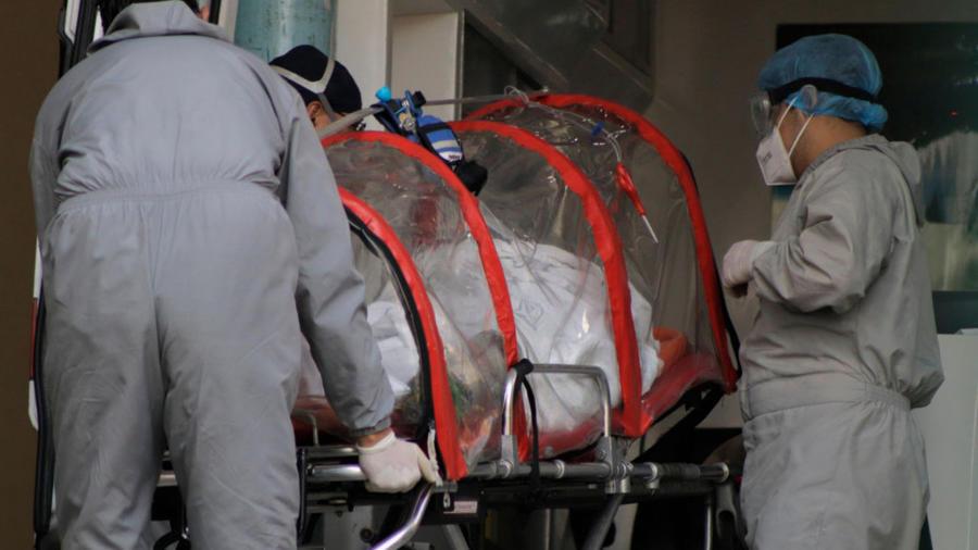 Paciente de coronavirus transportado en camilla por personal médico en México