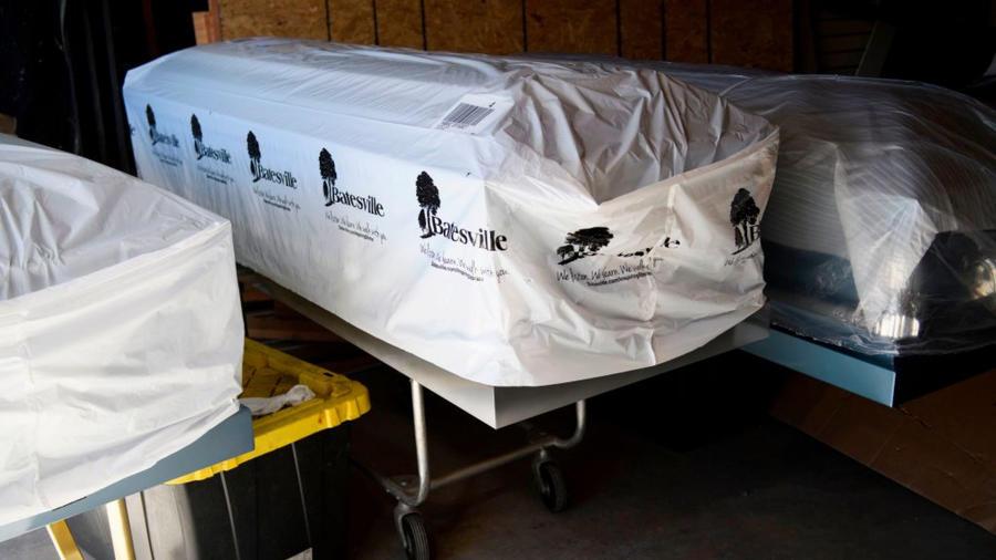 Funeraria con cuerpos en ataúdes en EEUU