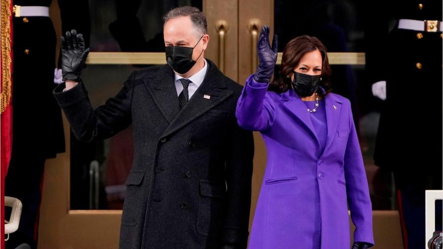 Kamala Harris y su esposo en el Capitolio