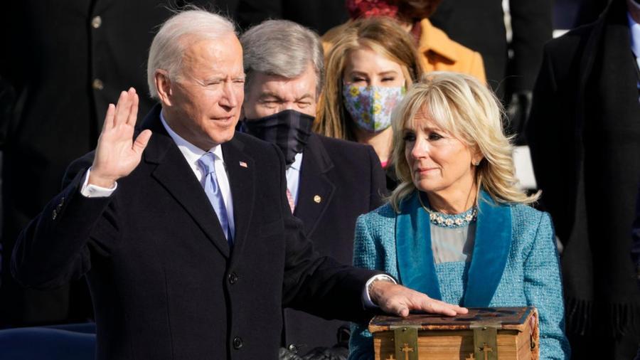 Joe Biden jura sobre la biblia en el Día de la Inauguración