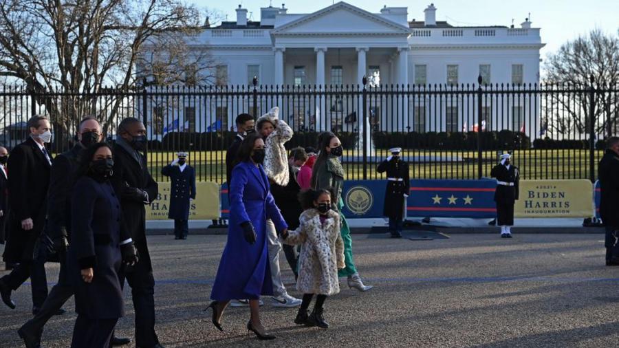 Kamala Harris camina hacia la Casa Blanca en el Día de la Inauguración