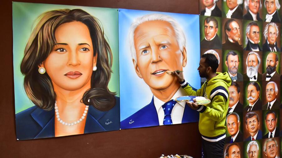 Hombre pinta cuadro de Kamala Harris y Joe Biden en La India