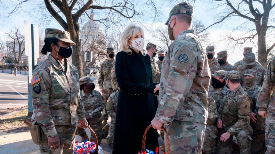 Jill Biden visita a soldados de la Guardia Nacional