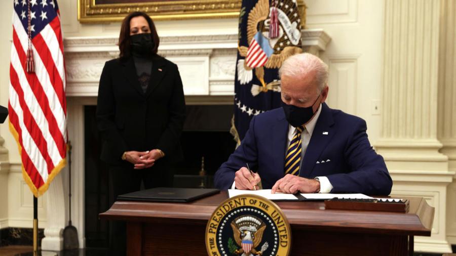 Joe Biden firma órdenes ejecutivas