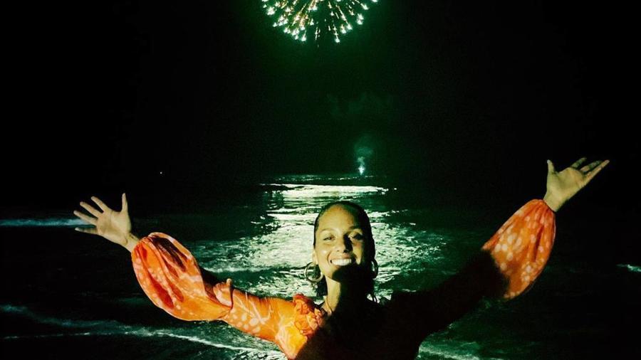 Alicia Keys en la playa fuegos artificiales