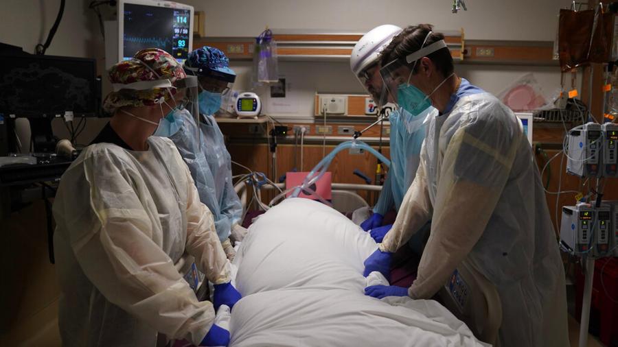 Personal médico con mascarillas frente a camilla de hospital