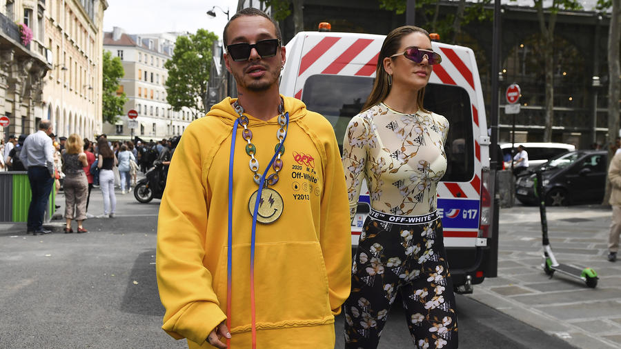 J Balvin y Valentina Ferrer de la mano en París