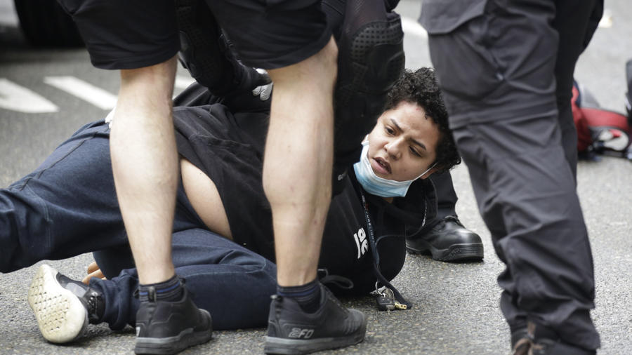 Mujer siendo arrestada