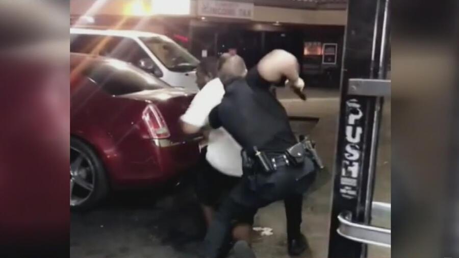 Revelan imágenes de policías disparando a un afroamericano