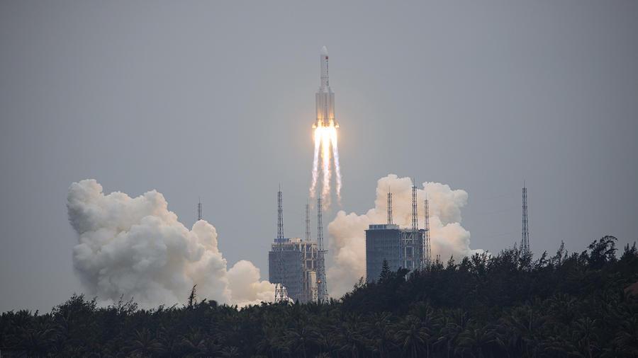 Lanzamiento de cohete espacial chino en Hainan