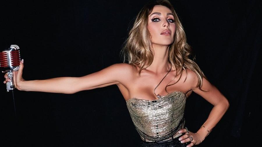 Anahí posando sexy
