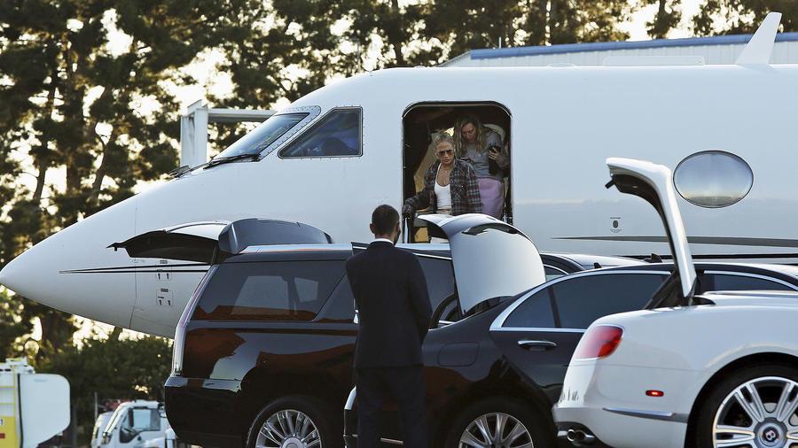 Jennifer Lopez llega a Los Ángeles, California, con sus hijos Emme y Max.