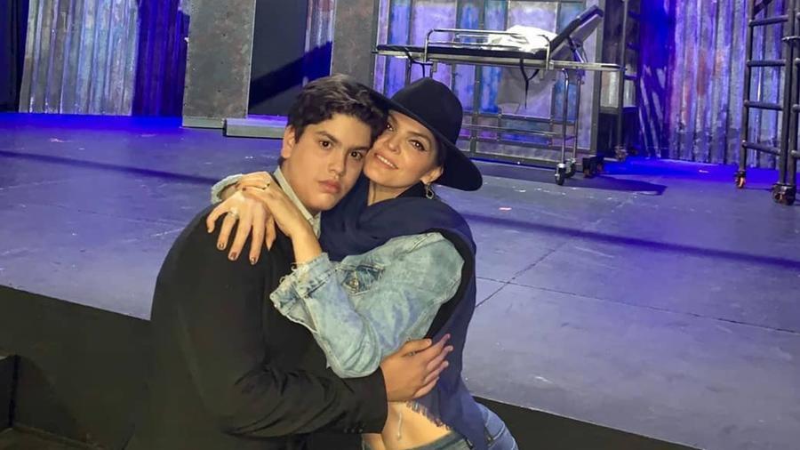 Ana Bárbara con José Emilio Fernández abrazados
