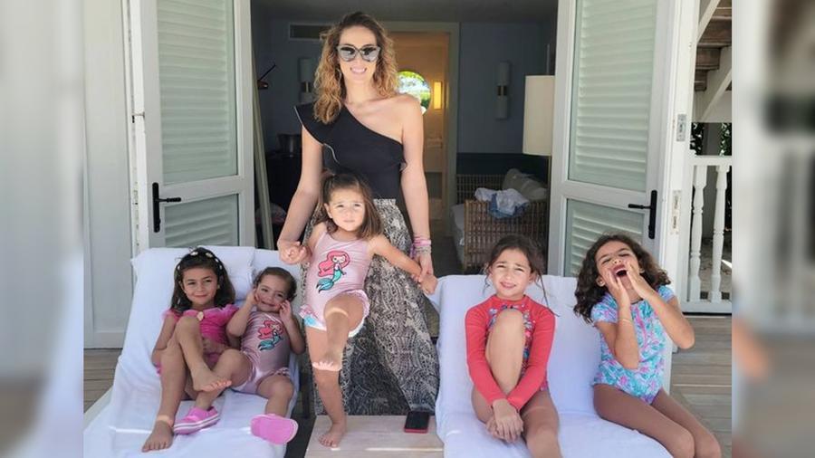 Jacky Bracamontes y sus cinco hijas