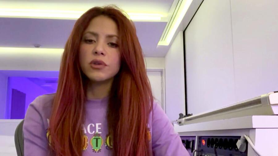 Shakira, pelo rojo.