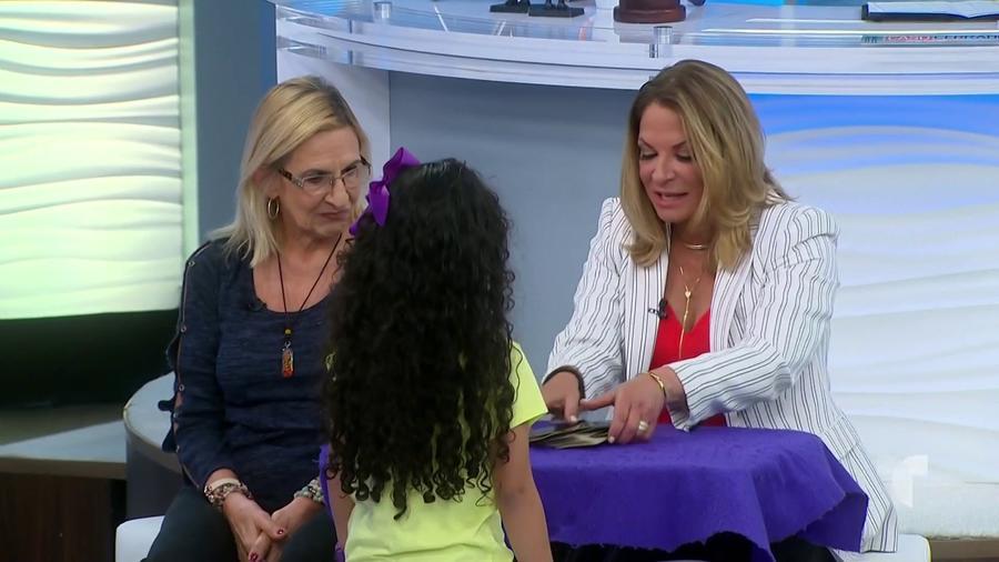 Abuela le enseña a su nieta a leer tarot
