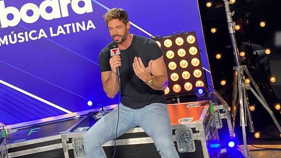 William Levy en el backstage de los Premios Billboard de la Música Latina 2021