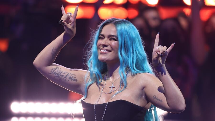 Karol G en el escenario del Watsco Center en Coral Gables en los Premios Billboard de la Música Latina 2021