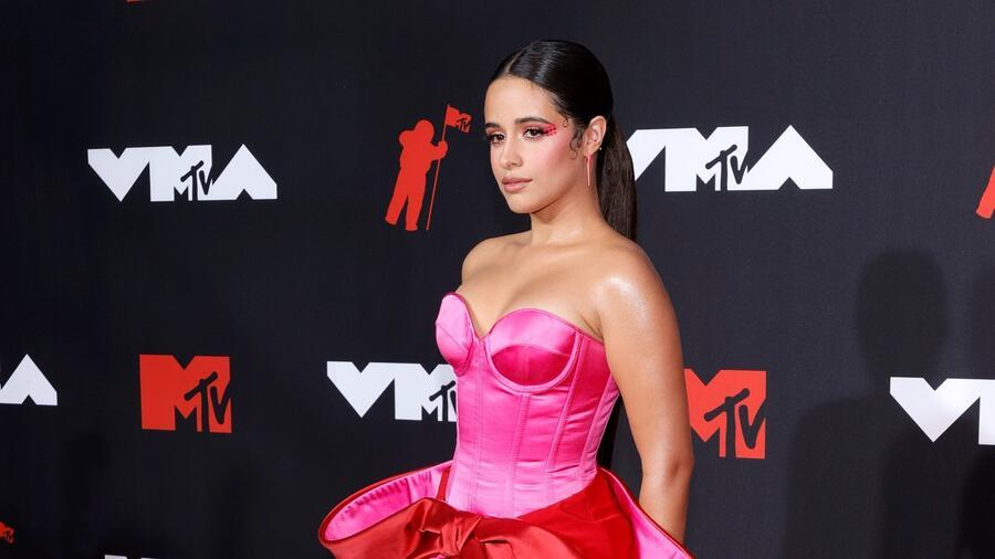 Camila Cabello en la alfombra roja de los MTV Music Awards 2021