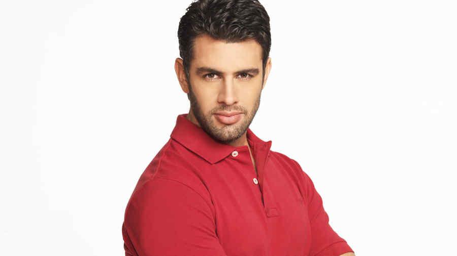 Christian de la Campa pasa en camisa roja
