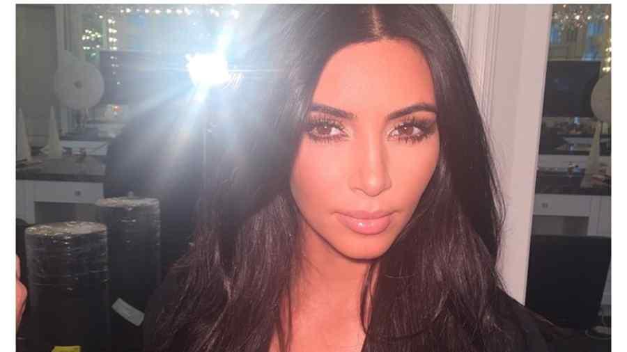 Kim kardashian muestra una foto en hilo dental y sujetador de leopardo