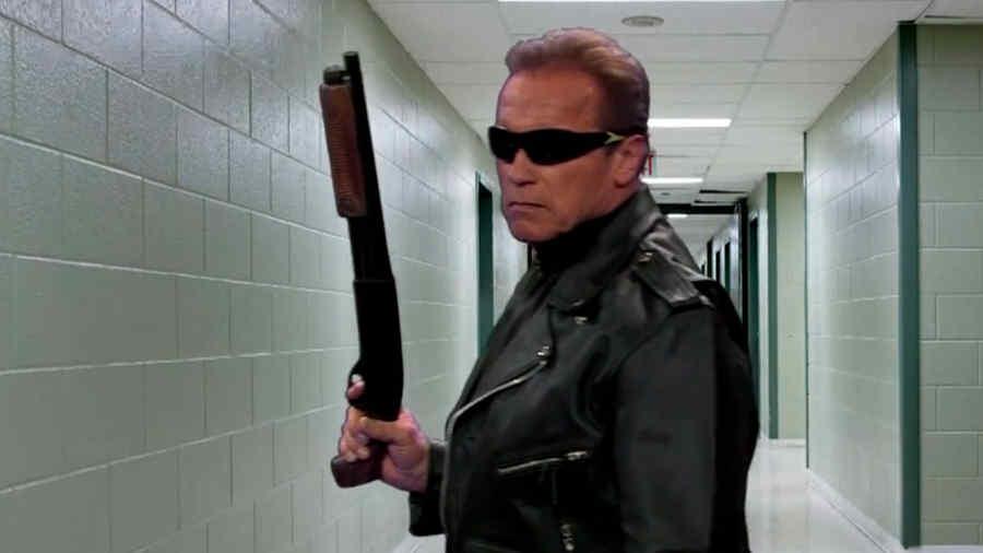 Arnold Schwarzenegger actúa las mejores escenas de sus películas en seis minutos
