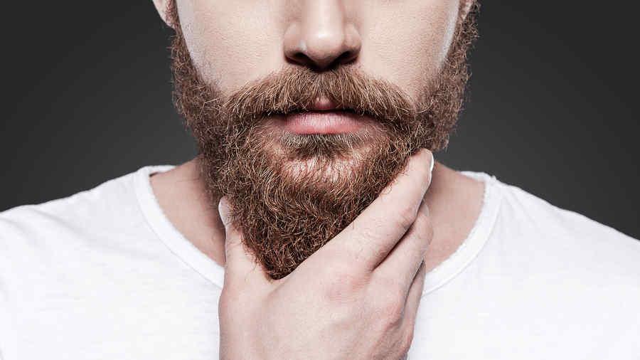 Hombre tocandose la barba