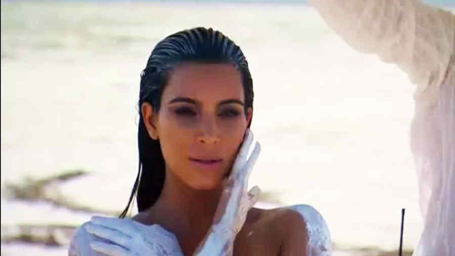 Kim Kardashian se desnuda en una sesión de fotos en el desierto