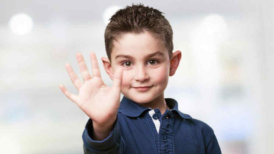 Niño mostrando la mano