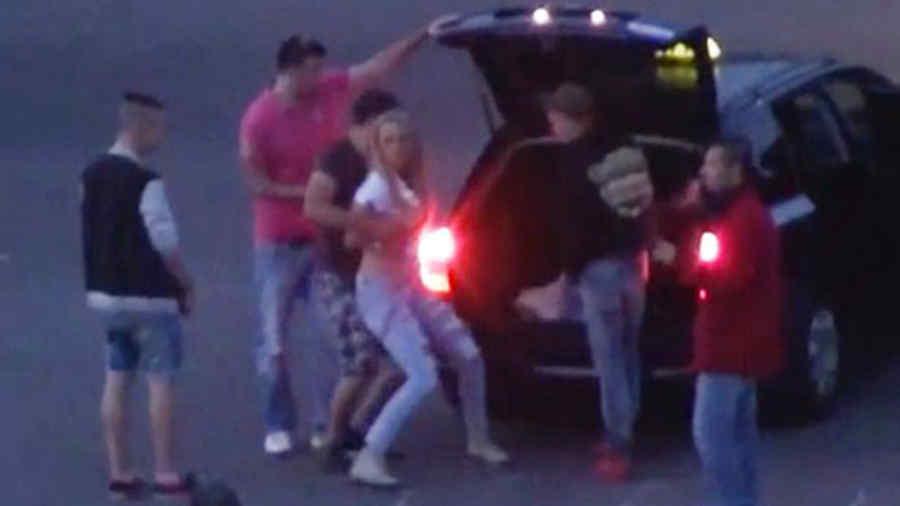 Mujer es forzada a meterse en el maletero de un carro