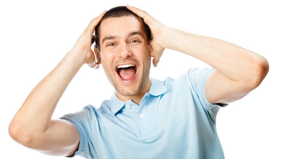 Hombre sorprendido con las manos en la cabeza