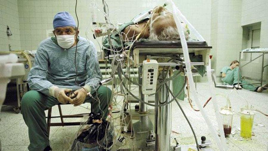 Medico descansa con su asistente después de operación de corazón abierto