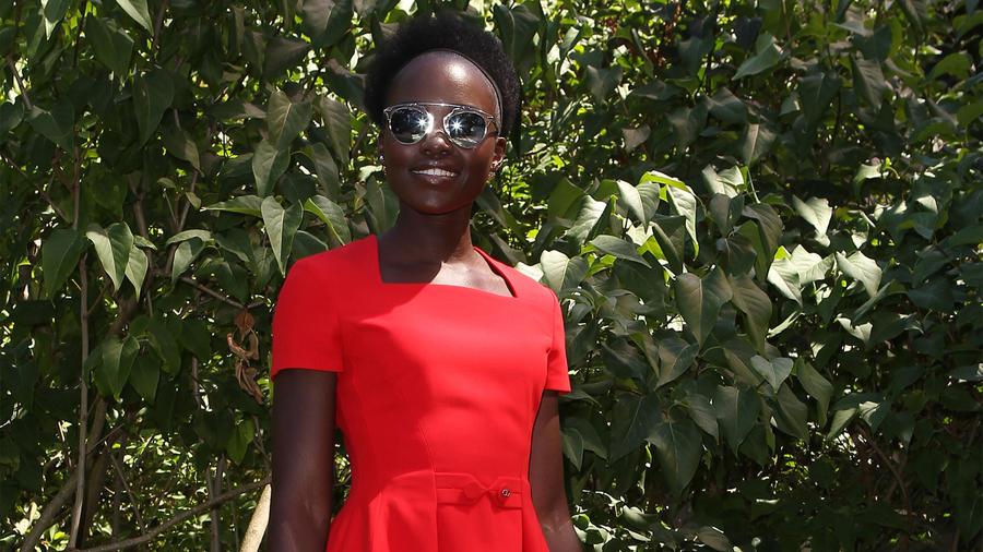 París: Lupita Nyong'o brilla en el jardín de Christian Dior