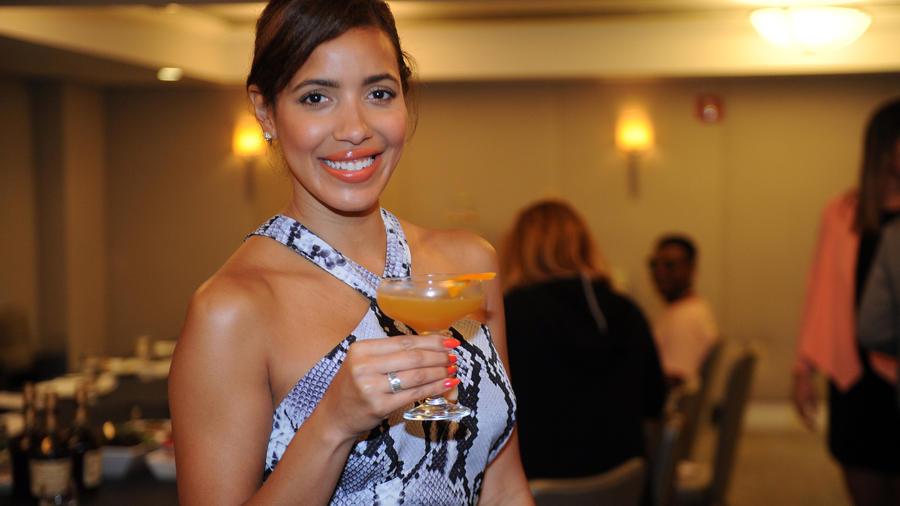Julissa Bermudez posa con su trago inspirado en ella