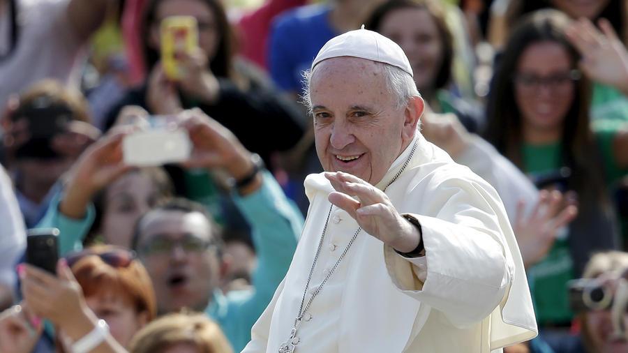 El papa Francisco saluda a su llegada a la Plaza de San Pedro en el Vaticano.