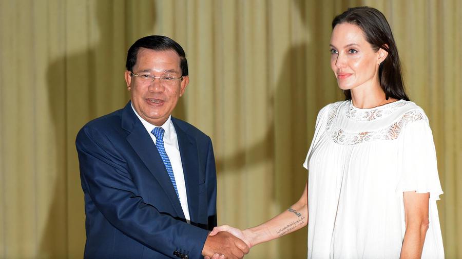 Angelina Jolie con el primer ministro de Camboya.