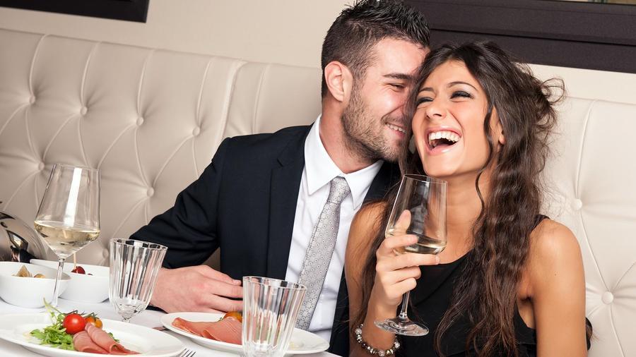 Pareja riéndose en un restaurant