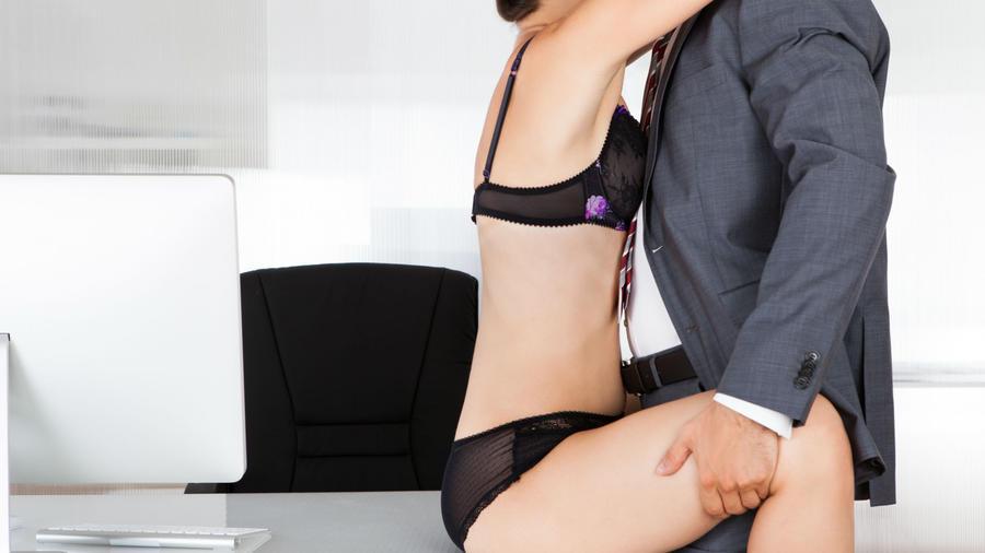 Mujer con lencería negra abrazando a un hombre con traje