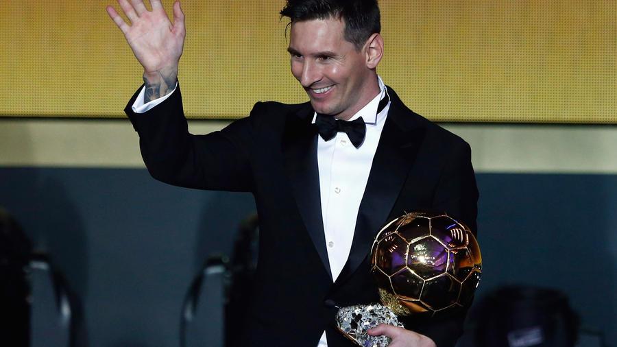 El futbolista argentino Lionel Messi con su quinto Balón de Oro, máximo honor individual del fútbol profesional