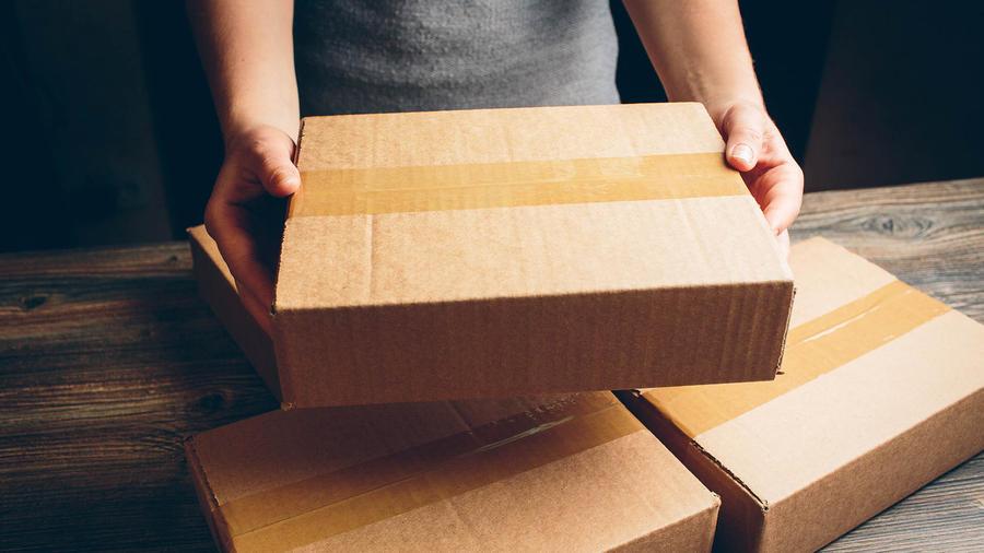 Mujer sosteniendo un paquete marrón